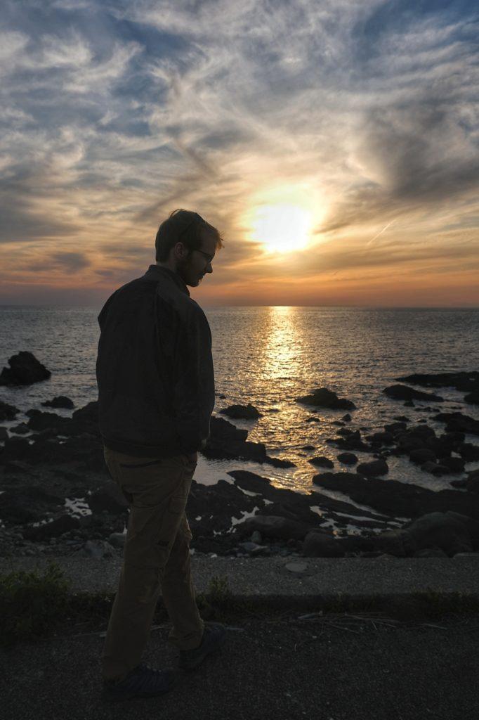 Vincent profite des dernières lueurs de la journée sur l'aire de repos de Kiramesse Muroto