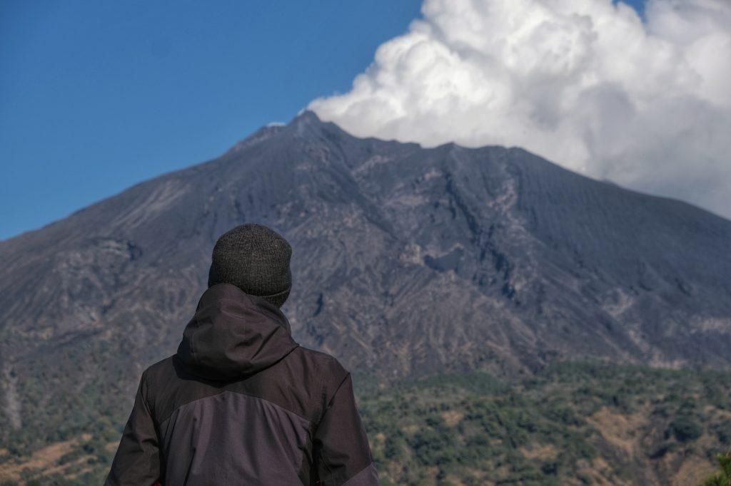 Vincent admire le Sakurajima et sa fumée abondante