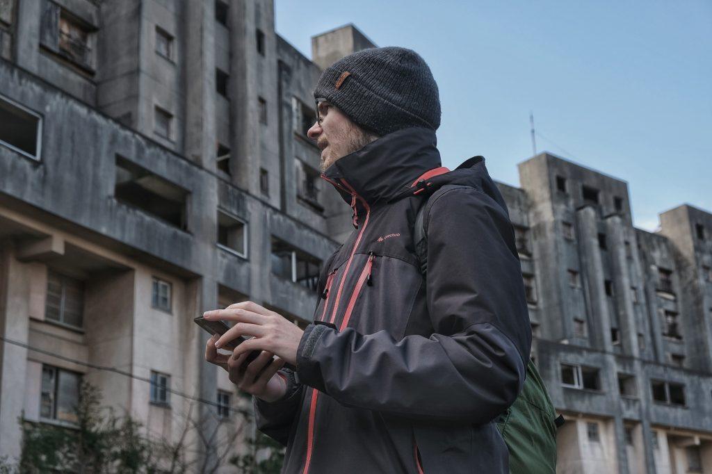 Vincent cherche notre chemin entre les immeubles d'Ikeshima