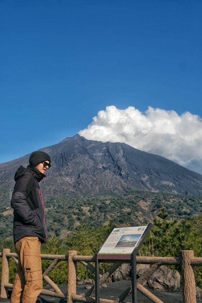 On ne voit pas un volcan en activité tous les jours... Vincent devant le Sakurajima