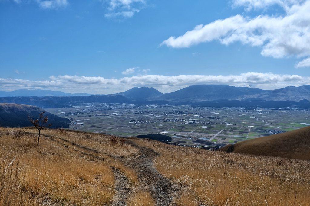 Vue de la caldeira et des volcans du mont Aso depuis l'observatoire de Daikanbo