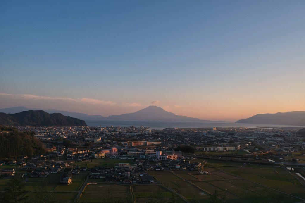 Encore une vue magnifique depuis notre camping, la ville d'Aira, la baie de Kagoshima et le volcan Sakurajima
