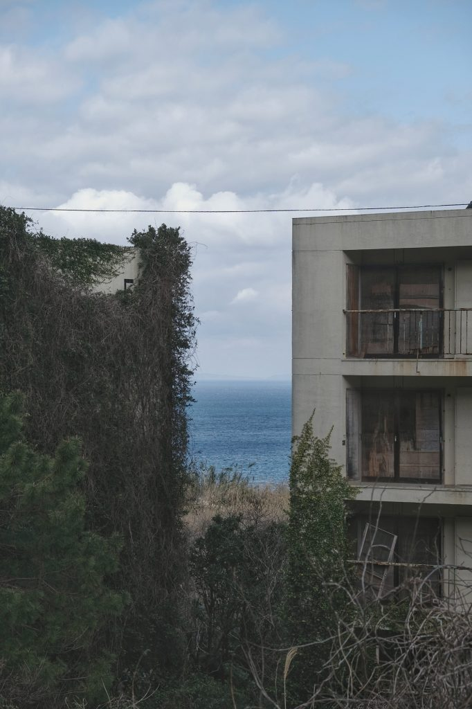 Vue de la mer entre 2 immeubles abandonnés sur l'île d'Ikeshima