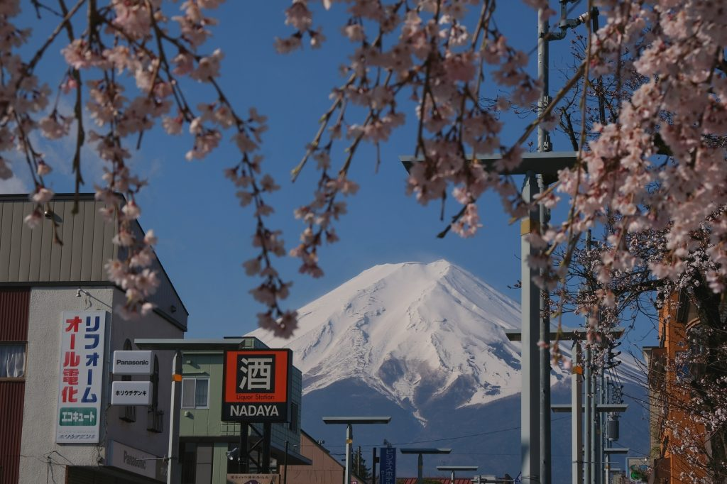 Le mont Fuji vu depuis une rue de Fujiyoshida