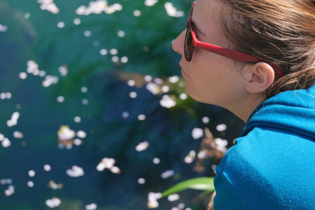Claire devant l'étang du temple de Fujinomiya