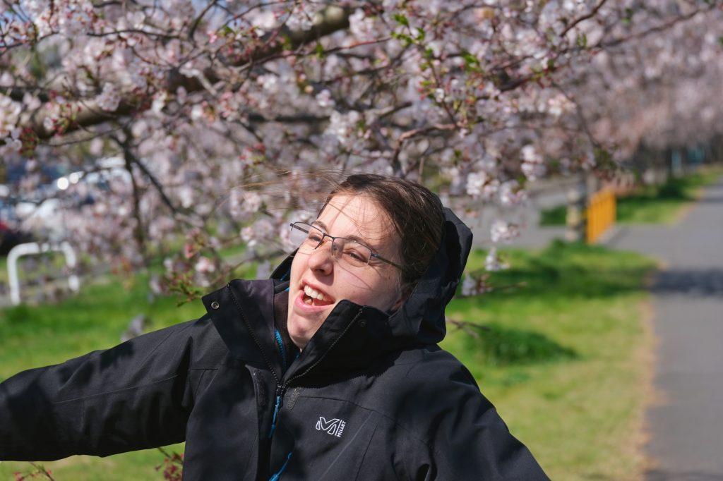Claire dans le vent sous les cerisiers en fleur