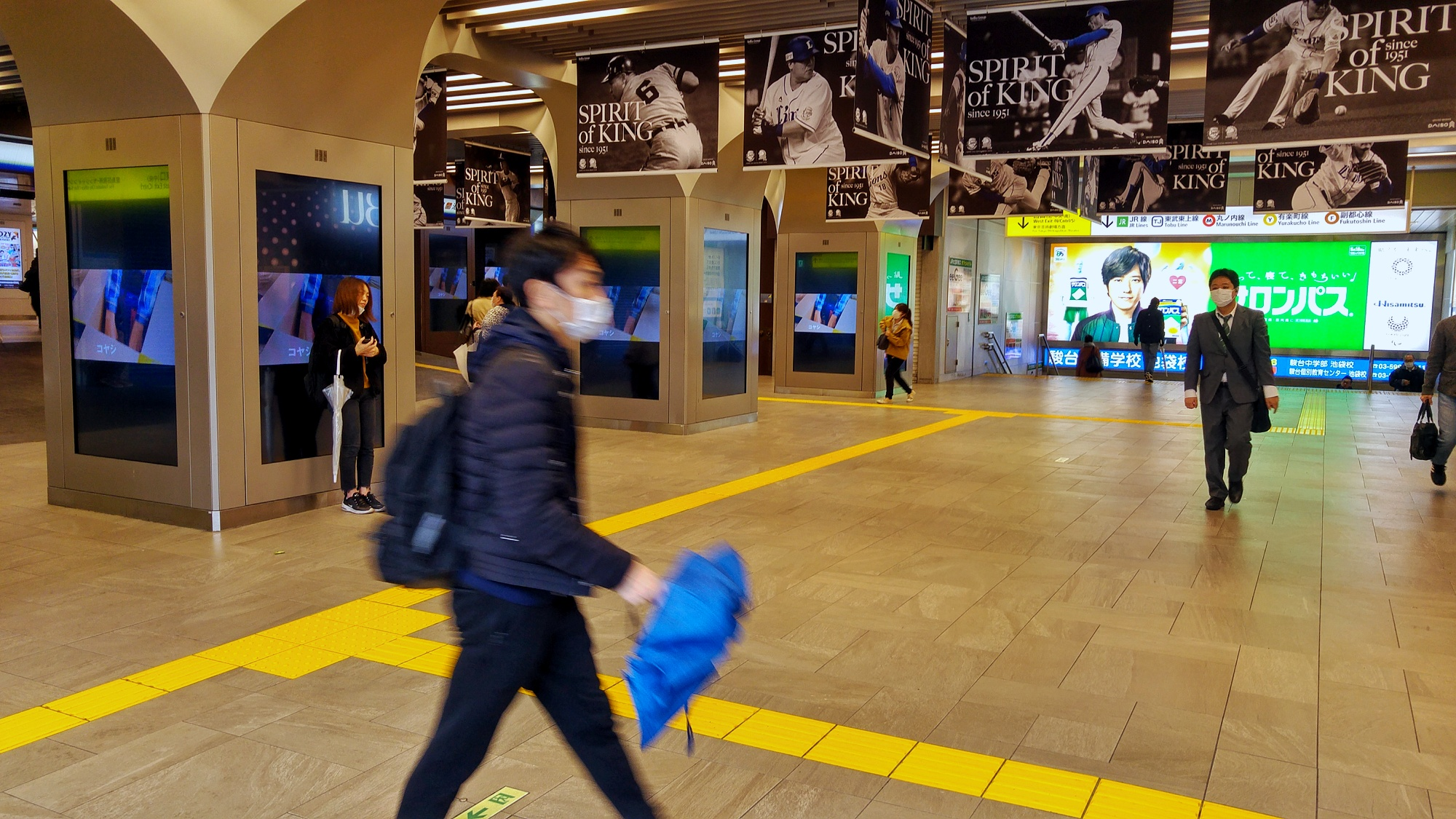 La gare d'Ikebukuro, vide à cause du covid