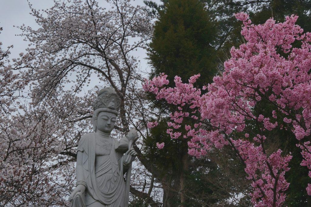 Statue d'un temple près de notre camping
