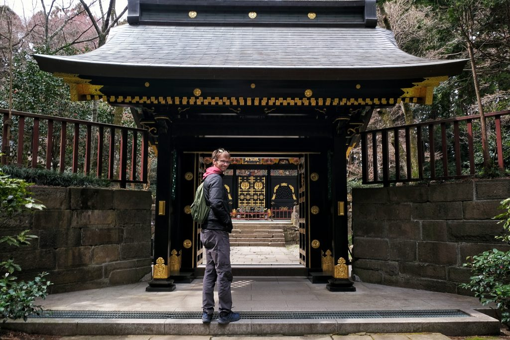 Vincent devant la porte du temple Kansenden de Sendai